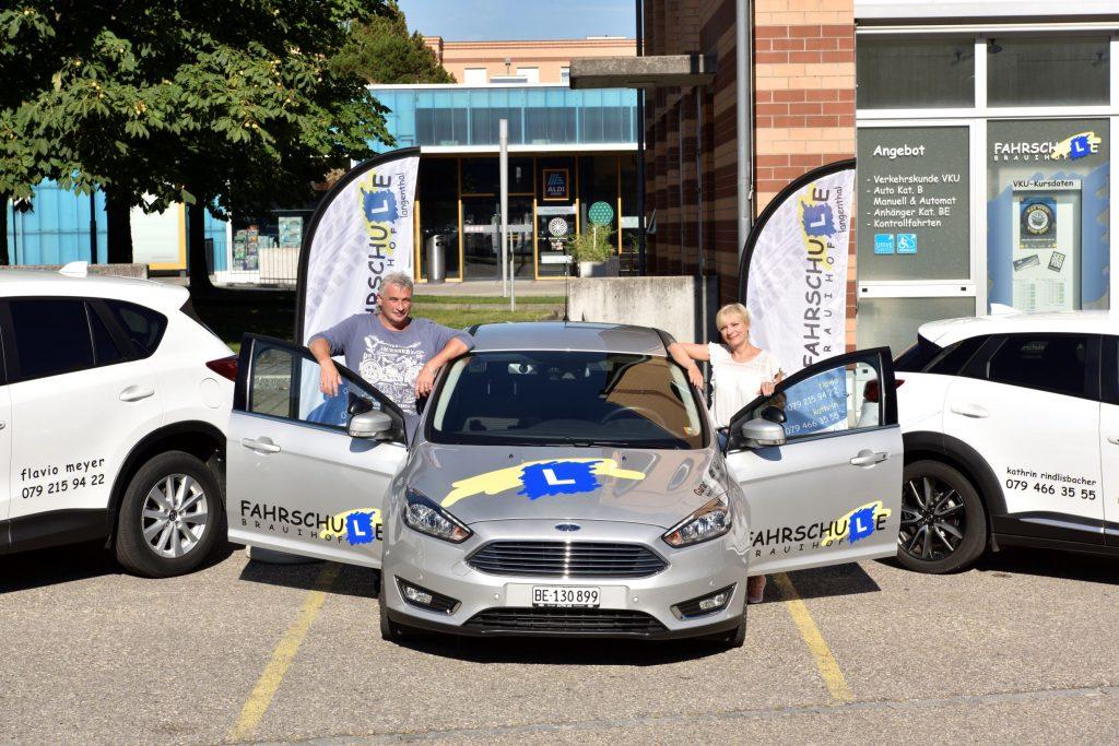 Auto mit beiden Fahrlehrern